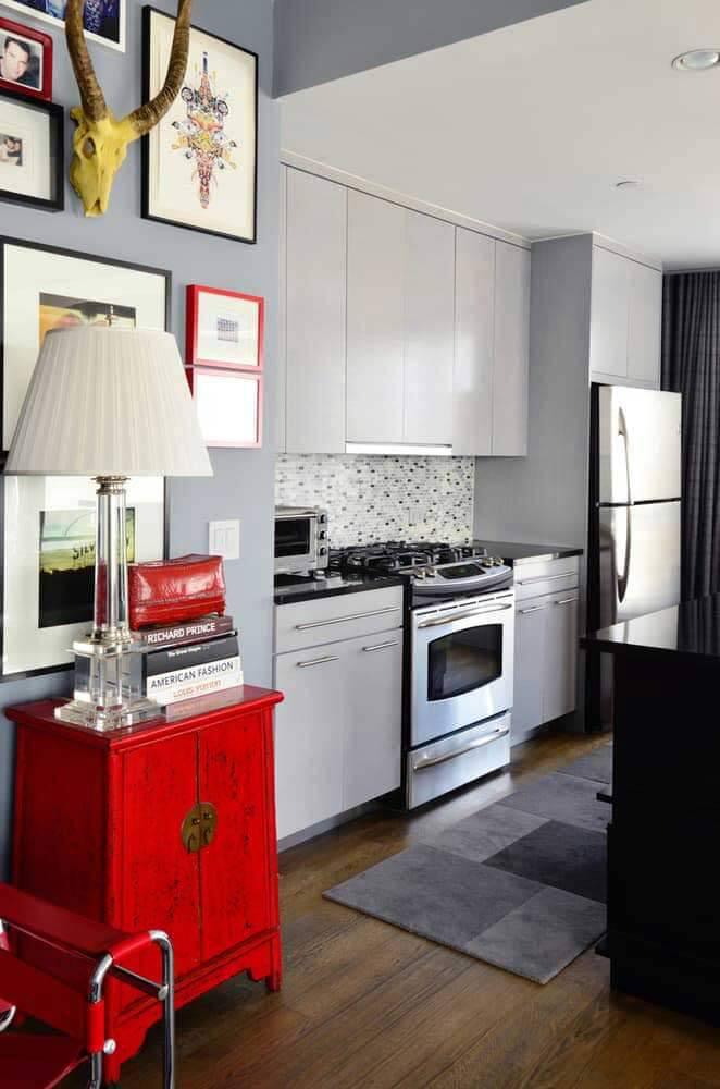 Decoração cinza com móveis na cor vermelha