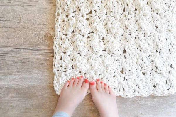 Decoração com tapete de crochê quadrado