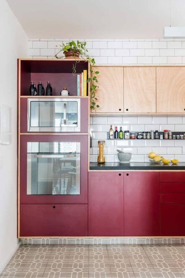 Cozinha compacta com armário na cor vermelha