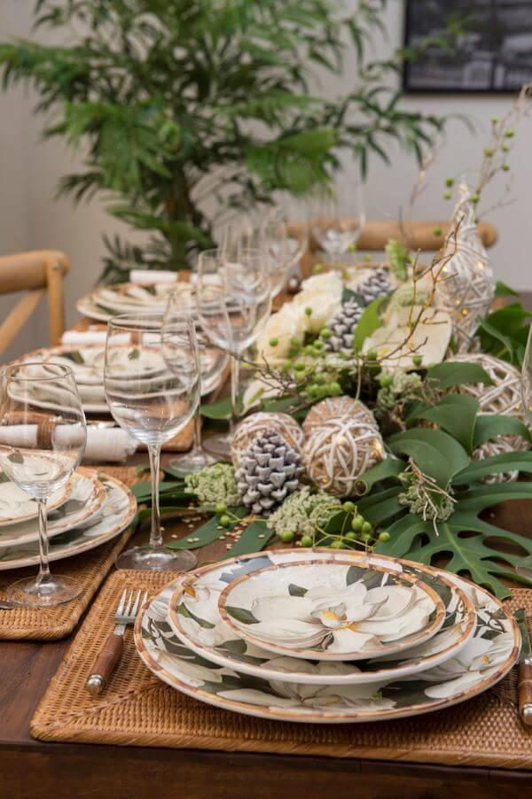 decoração de ceia de ano novo com plantas e detalhes