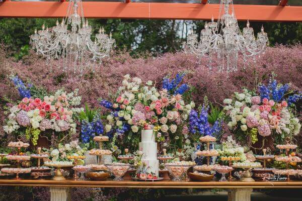 Decoração de mesa de bolo de casamento