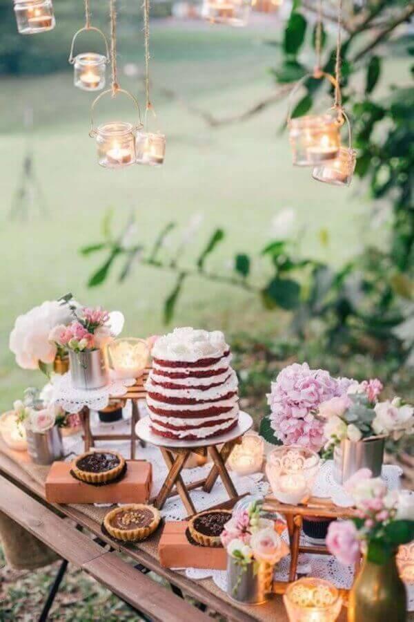 mesa de casamento com bolo red velvet