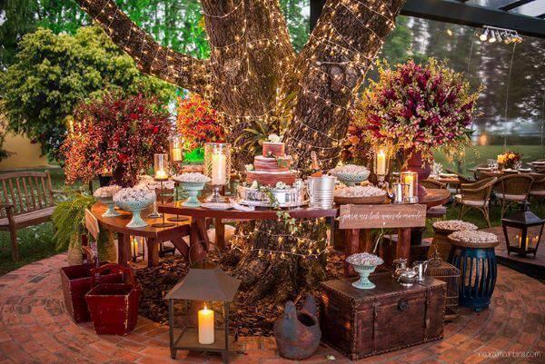 Decoração de casamento mesa do bolo com luzes e elementos vintage