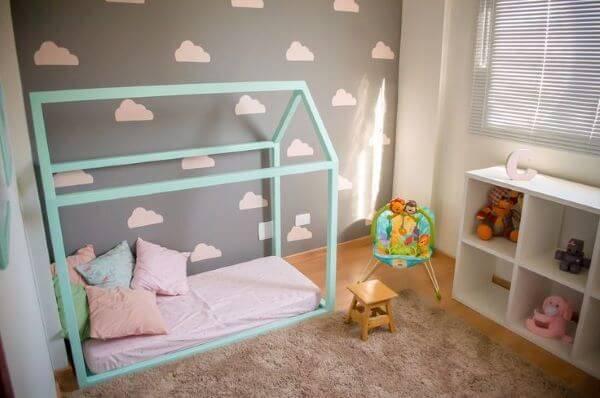 Quarto de bebê com papel de parede de nuvens