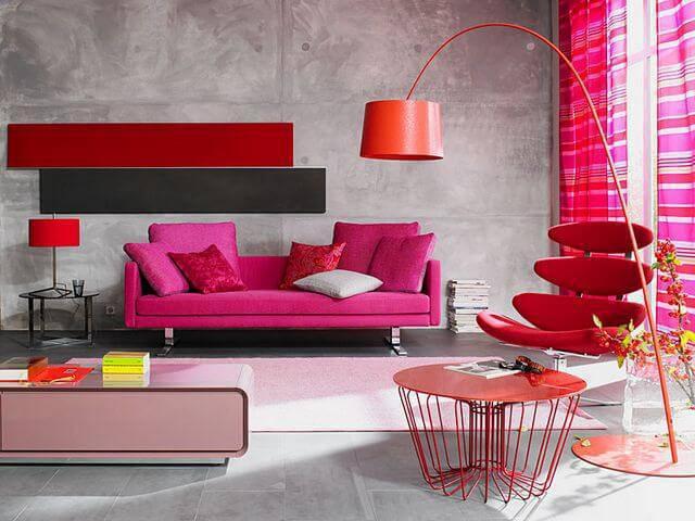 Decoração de sala de estar com decoração vermelha e rosa