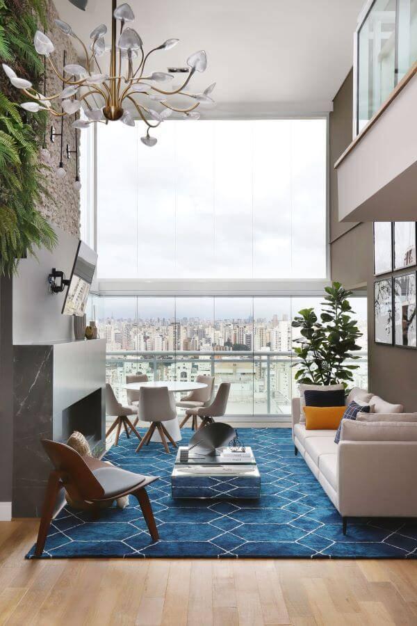 Decoração de sala de estar com pé direito duplo