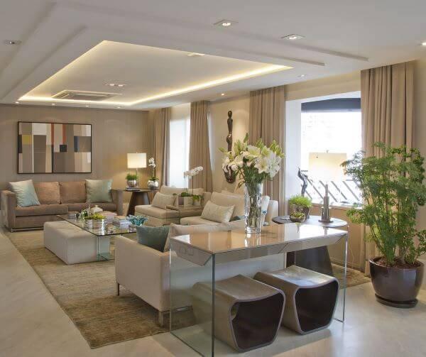 Decoração de sala de estar com cores neutras