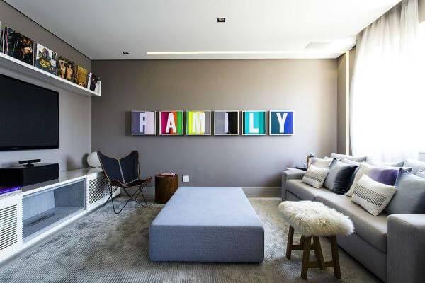Decoração de sala de estar cinza com cores neutras para parede