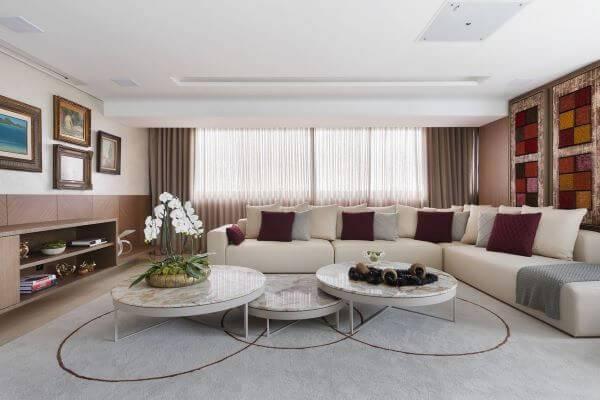 Decoração de sala de estar com cores neutras para parede e almofadas decorativas