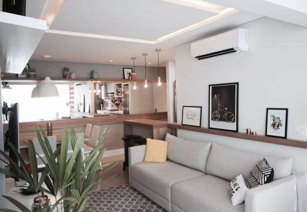 Decoração de sala de estar com tv e cores neutras