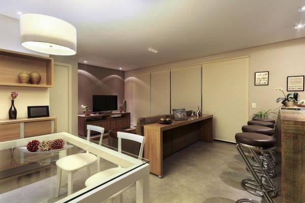 Sala de estar com cozinha integrada com cores neutras