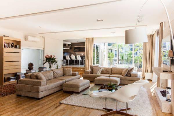 Decoração de sala de estar com lareira e cores neutras