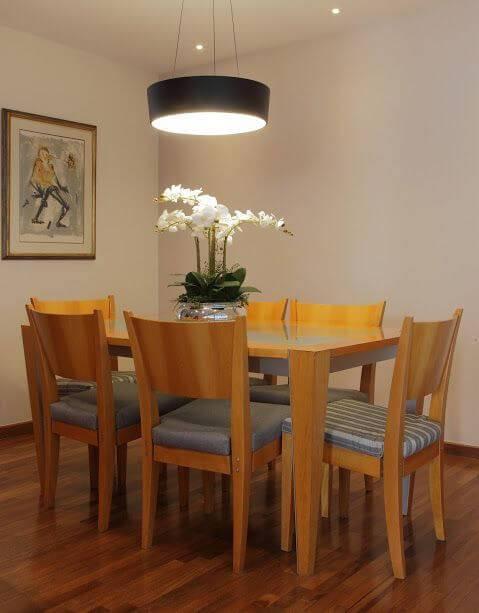 Sala de jantar com luminária metálica