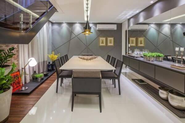 Sala de jantar ampla com cores neutras