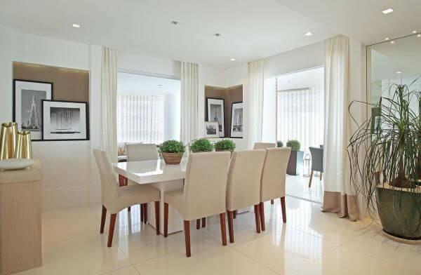 Decoração de sala de jantar com mesa quadrada com cores neutras