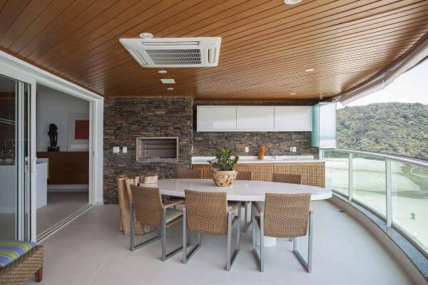 varanda com churrasqueira e revestimento de pedra