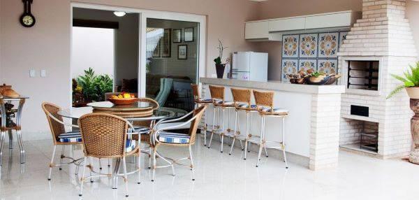 Varanda gourmet com mesa redonda de vidro