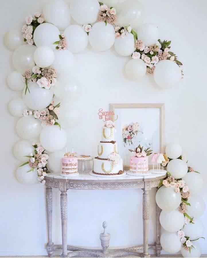 delicada decorada para mesa de aniversário com balões brancos e rosas Foto Imagens e moldes
