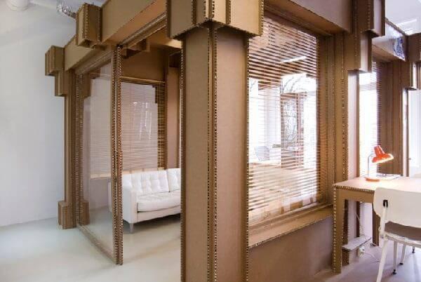 Divida o ambiente com estruturas e móveis de papelão
