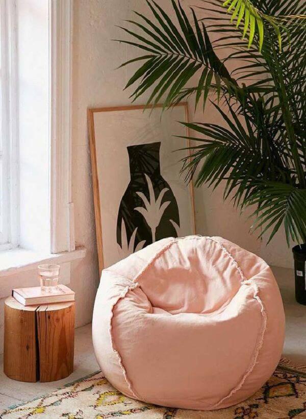 O puff gigante rosa convida os ocupantes do ambiente a desfrutarem do seu conforto