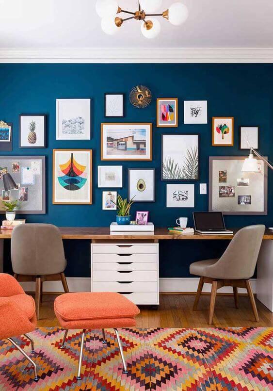 Escritório com parede azul