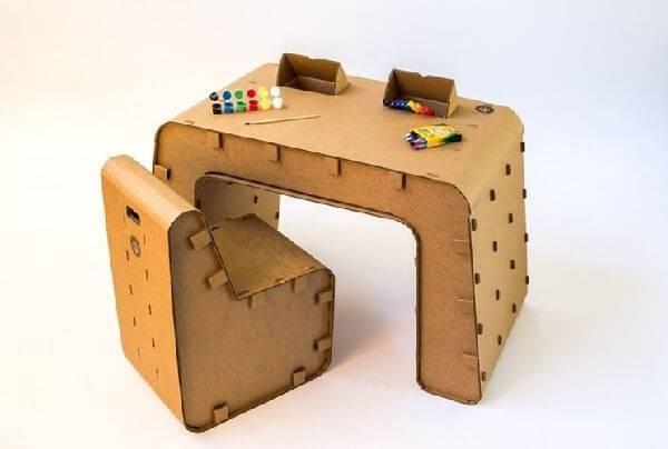 Invista em móveis de papelão infantil como escrivaninha e poltrona para quarto das crianças