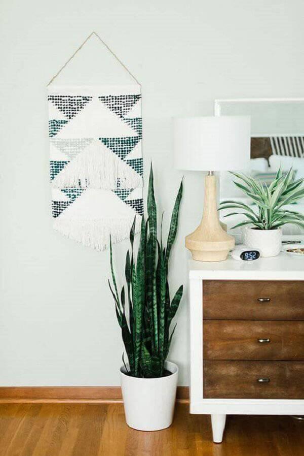 A espada de são jorge é uma das plantas para quarto que além de agregar beleza ao espaço, purifica o ar