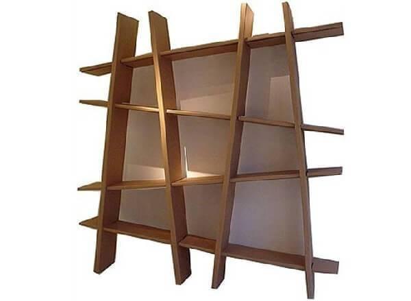 Invista em móveis de papelão como esta estante irregular charmosa