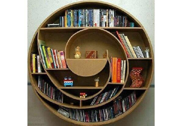 Invista em móveis de papelão como esta estante redonda