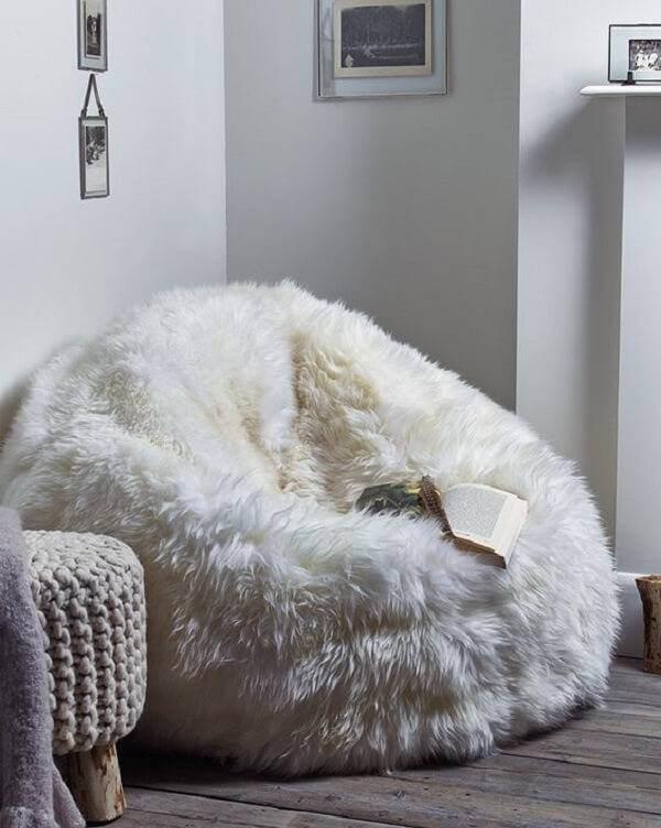 Modelo de puff gigante feito com tecido peludo é puro conforto