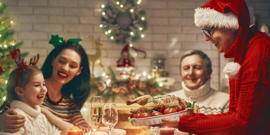 família comemorando festa de natal