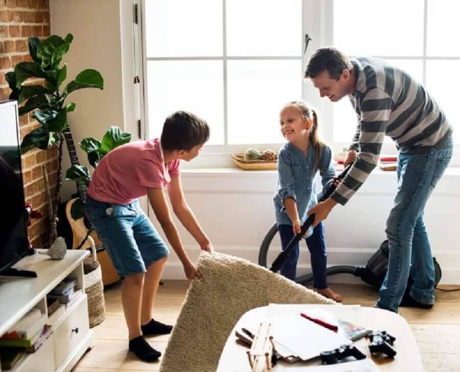 família fazendo faxina para as festas de final de ano