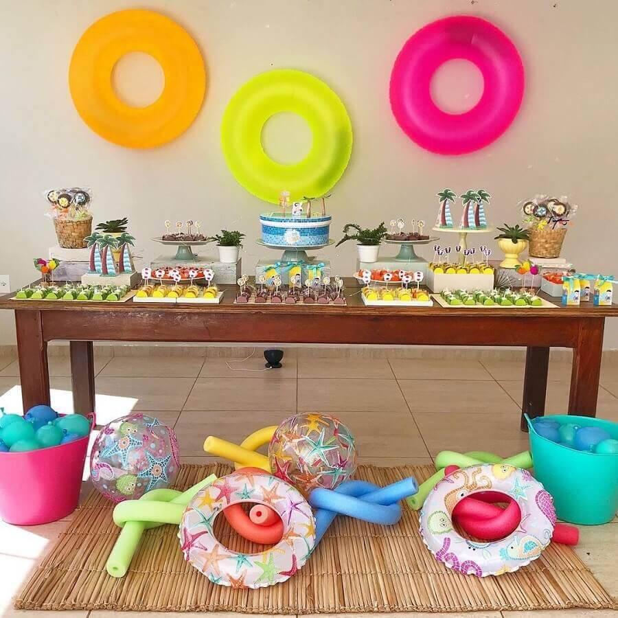 festa na piscina com mesa de aniversário  decorada  Foto Thais Amorim