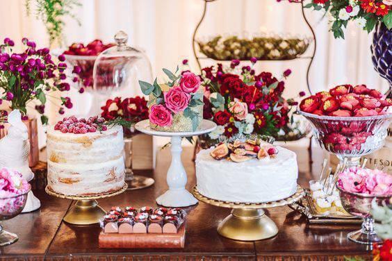 Mesa de bolo de casamento em rosa e marsala