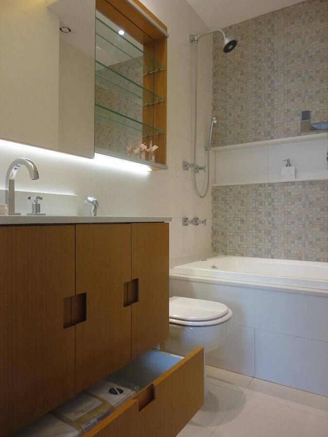 gabinete de madeira e prateleiras de vidro para banheiro pequeno planejado Foto Maria Helena Torres