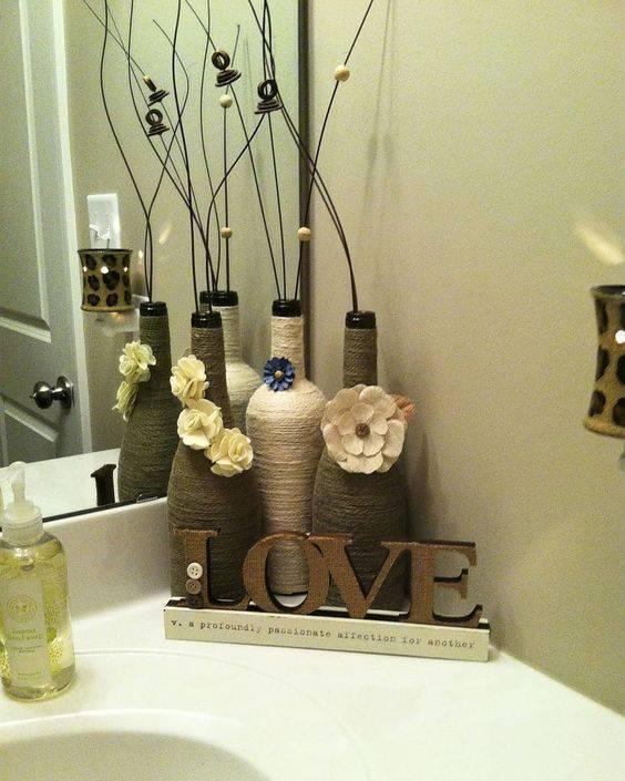 garrafas decoradas com barbante - garrafa decorando banheiro