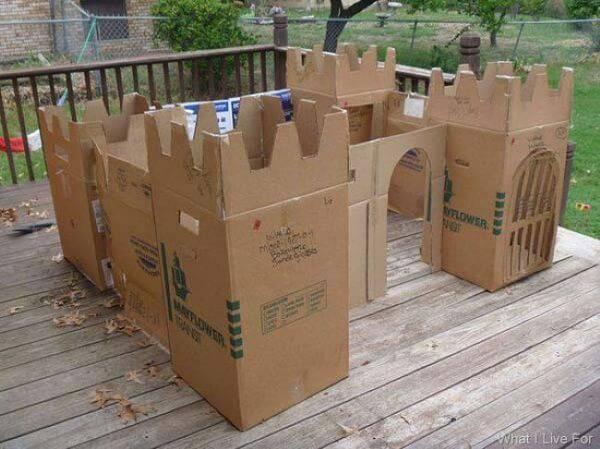 Estruture um castelo a partir da união de várias caixas de papelão