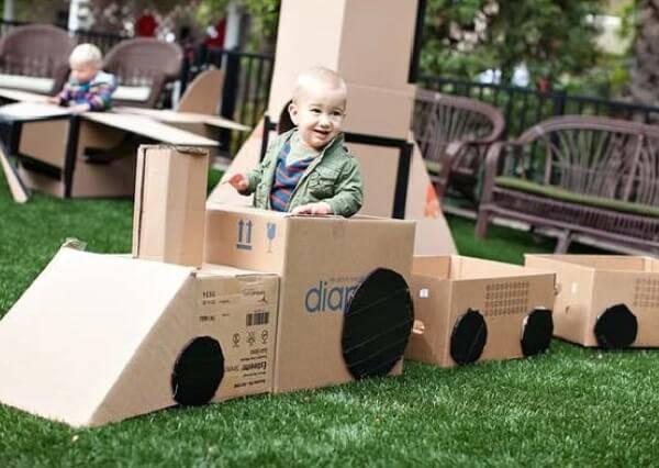 Trenzinho formado a partir de caixas de papelão