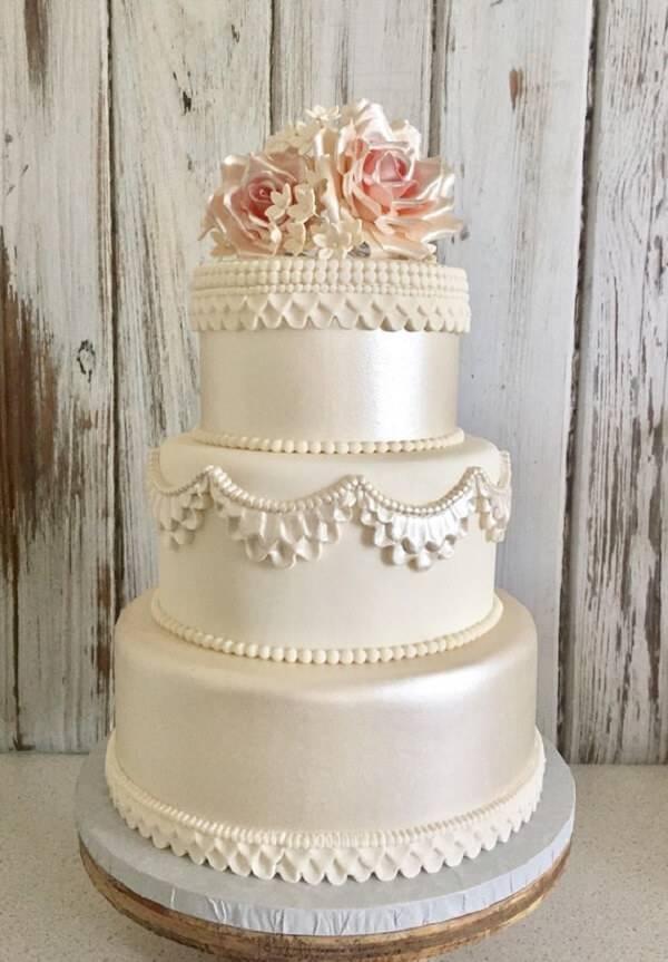Modelo fake de bolo com flores no topo
