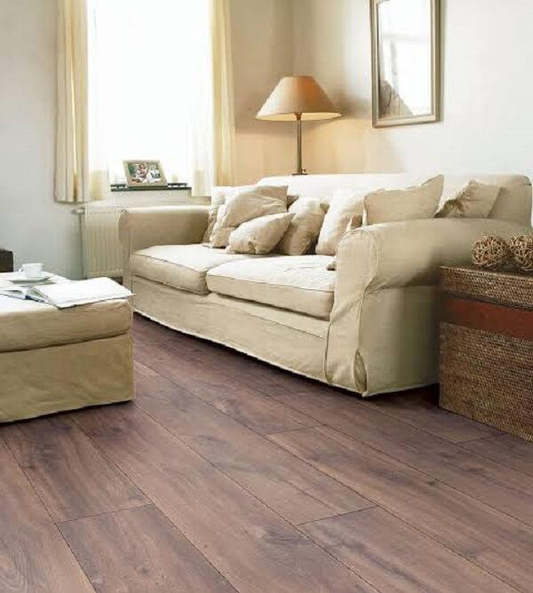 Decore a sala de estar com piso flutuante em tom escuro