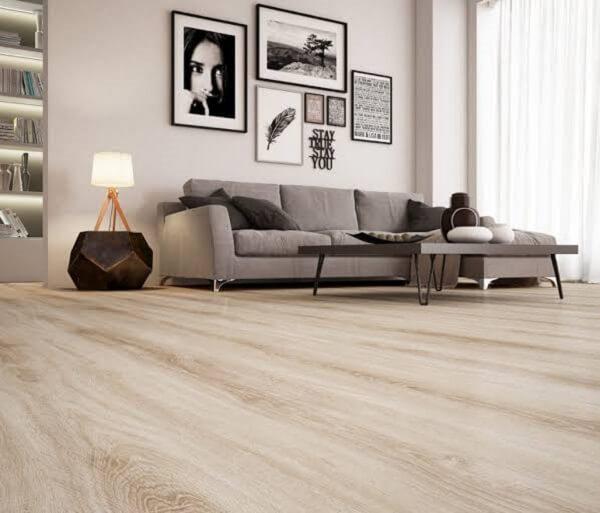 O piso flutuante em tom claro combina com os demais objetos de decoração do ambiente