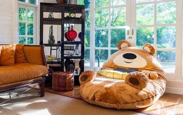 Ambiente com puff gigante para dormir em formato de urso.
