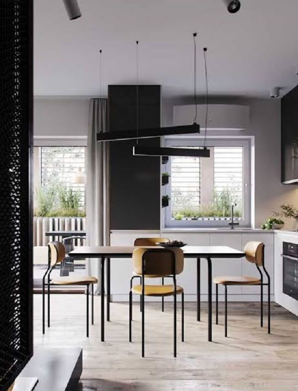 Cozinha com piso laminado flutuante e mesa retangular