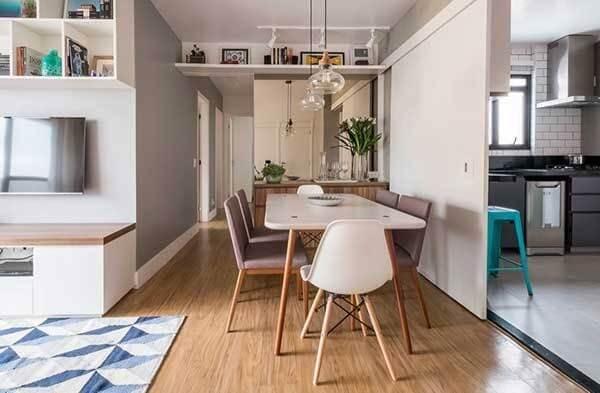 A cor neutra do piso flutuante se harmoniza facilmente com os demais objetos decorativos do ambiente