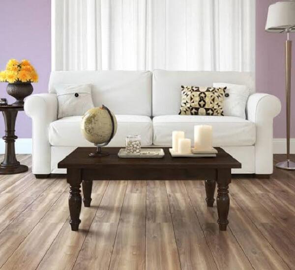 Para a sala de estar sofá branco e piso flutuante