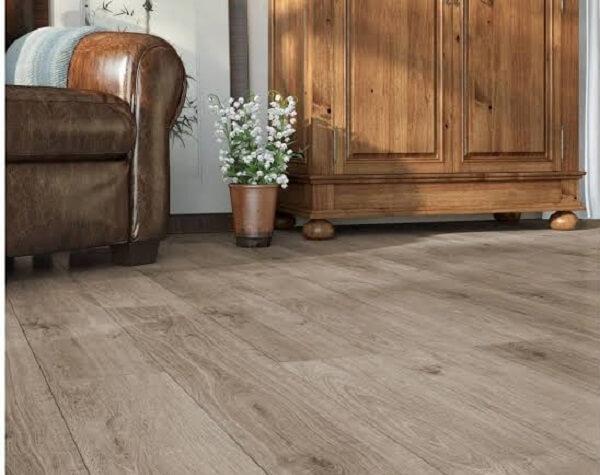 Sala de estar com sofá de couro e piso flutuante