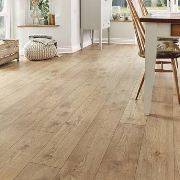 Sala de estar com piso flutuante em tom claro
