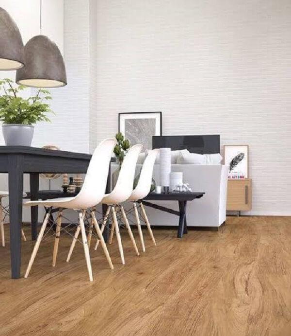 Sala de jantar com cadeira eiffel, pendentes e piso flutuante