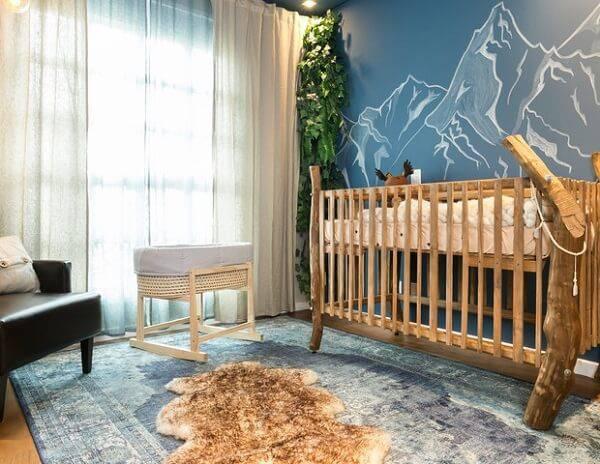 Quarto de bebê rústico com berço de madeira e e poltrona de couro
