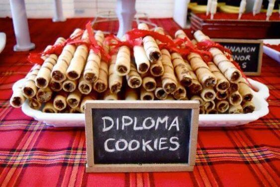 Lembrancinhas de formatura de doces com formato de diploma